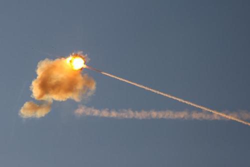لحظه برخورد یک موشک سیستم دفاع گنبد آهنین اسراییل با راکت پرتاب شده از سوی غزه/ رویترز