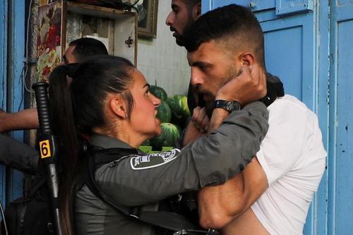درگیری پلیس اسراییل با شهروند فلسطینی در جریان اعتراضات در بخش شرقی شهر قدس/ رویترز