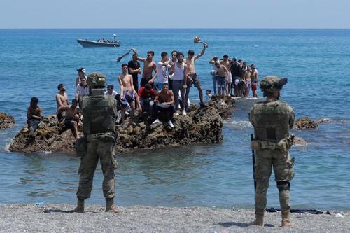 هجوم هزاران پناهجوی مراکشی و آفریقایی به سواحل اسپانیا/ رویترز