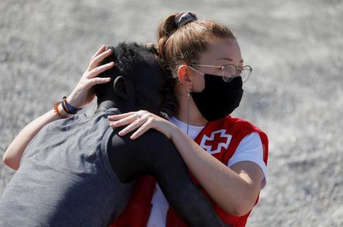 کمک اعضای صلیب سرخ به پناهجویان آفریقایی و مراکشی در سواحل اسپانیا/ رویترز