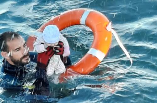 نجات یک نوزاد پناهجو در سواحل اسپانیا/ خبرگزاری فرانسه