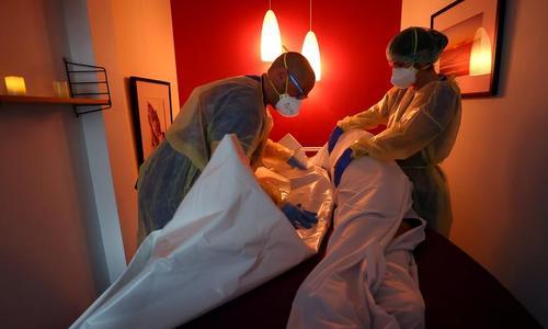 بسته بندی جسد یک فوتی کرونا در بیمارستانی در آلمان/ رویترز
