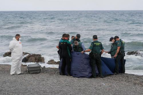 جمع کردن جسد پناهجویان مراکشی در ساحل اسپانیا/ رویترز