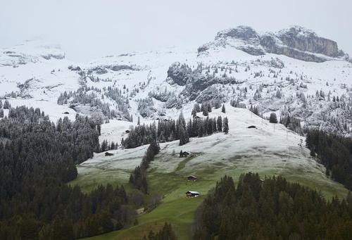 بارش برف تابستانی در روستایی در سوییس/ رویترز