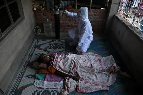 رسیدگی به بیماران بدحال کرونایی هندی در خانه/ رویترز