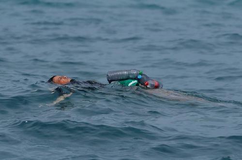 شنای یک پناهجوی مراکشی برای رسیدن به ساحل اسپانیا/ رویترز