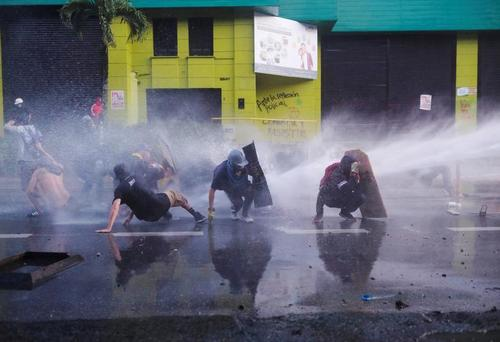 تظاهرات ضددولتی اتحادیه های کارگری و دانشجویی در شهر مدلین کلمبیا/ رویترز