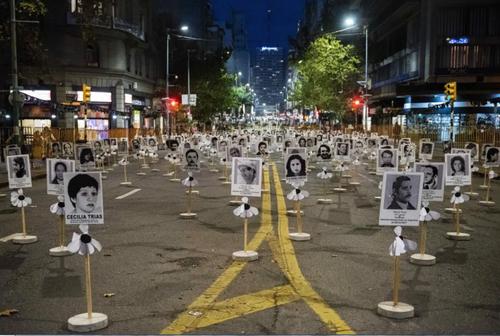 کار گذاشتن تصاویر ناپدید شدگان دوران حکومت دیکتاتوری پاراگوئه در شهر مونته ویدئو پایتخت پاراگوئه/ آسوشیتدپرس