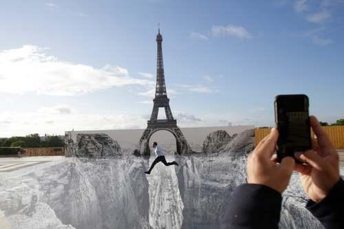 نقاشی سه بعدی در میدانی نزدیک برج ایفل پاریس/ آسوشیتدپرس