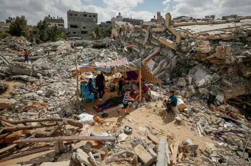 زندگی روی ویرانه های برجای مانده از خانه در حملات هوایی اسراییل در نوار غزه/ رویترز