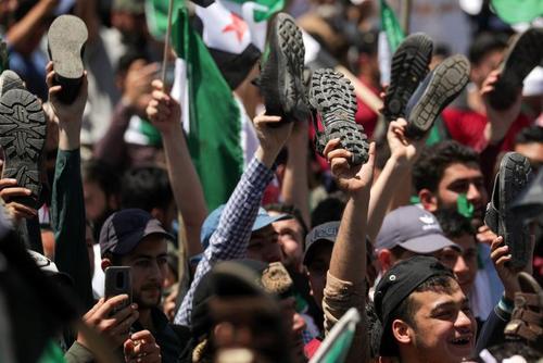 مخالفان حکومت سوریه در مناطق تحت کنترل مخالفان در استان ادلب در اعتراض به برگزاری انتخابات راهپیمایی کردند./ رویترز