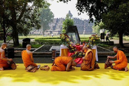مراسم آیینی راهبان بودایی در بزرگ ترین معبد بودایی های جهان در جاوه اندونزی/ رویترز