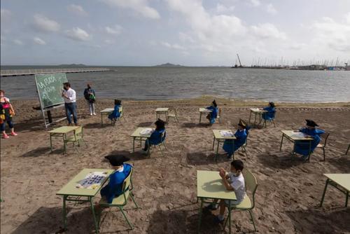 برگزاری مراسم فارغ التحصیلی برای دانش آموزان ابتدایی در محوطه باز ساحلی در اسپانیا/ گتی ایمجز
