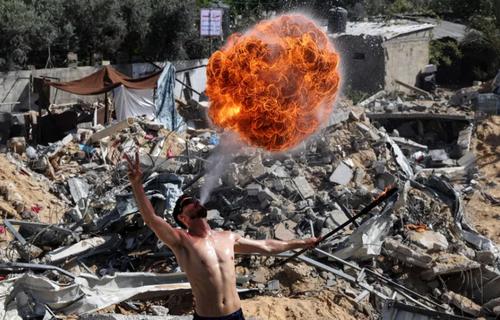آتش بازی در ویرانه های برجای مانده از جنگ در بیت لاحیا غزه/ خبرگزاری فرانسه