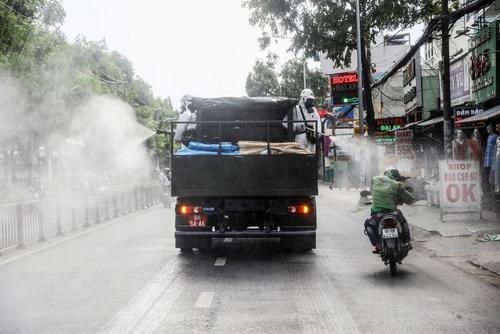 ضدعفونی معابر عمومی در شهر هوشی مینه ویتنام برای جلوگیری از شیوع بیشتر ویروس کرونا/ رویترز