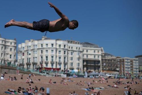 شیرجه به آب در ساحل شهر برایتون بریتانیا/ رویترز