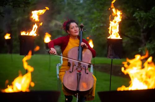 نوازندگی در هوای آزاد یک باغ در شهر ادینبورگ اسکاتلند در یک جشنواره بین المللی/ گاردین