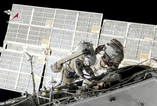 راهپیمایی دو فضانورد روسی برای تعویض باتری ایستگاه فضایی بین المللی/ آسوشیتدپرس