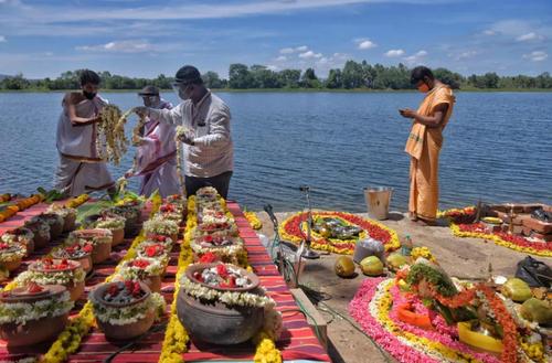 تزیین ظروف حاوی خاکستر اجساد فوتی های کرونا در هند/ خبرگزاری فرانسه