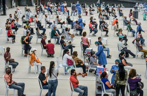 واکسیناسیون افراد بالای 50 سال بر ضد ویروس کرونا در یک سالن والیبال در شهر مدلین کلمبیا/ خبرگزاری فرانسه