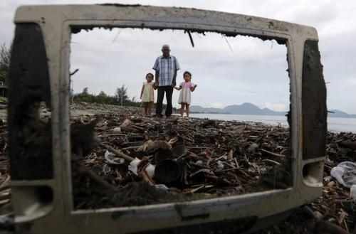 زباله های ریخته شده در ساحل آچه اندونزی/ EPA