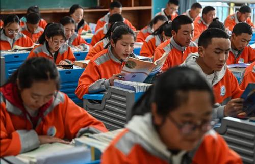دانش آموزان دبیرستانی در شهر لهاسا تبت بدون زدن ماسک و رعایت فاصله فیزیکی/ خبرگزاری فرانسه