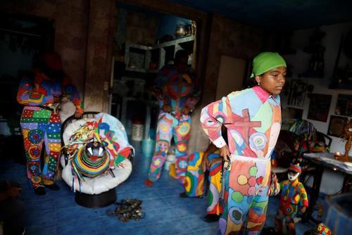 آماده شدن برای شرکت در کارناوال خیابانی در ونزوئلا/ رویترز