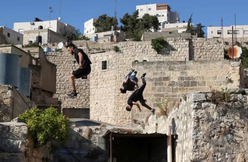جوانان پارکورباز فلسطینی در شهر الخلیل در کرانه باختری/ خبرگزاری فرانسه