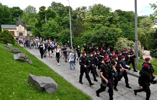 دور کردن فعالان حامی حقوق همجنسگرایان از مقابل کاخ ریاست جمهوری اوکراین در شهر کی یف در جریان یک تظاهرات اعتراضی/ خبرگزاری فرانسه