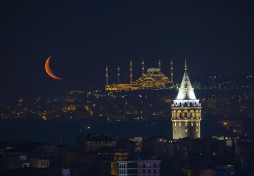 نمایی از هلال ماه در شهر استانبول ترکیه / خبرگزاری آناتولی