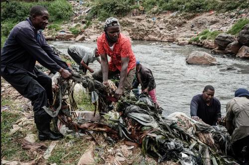 فعالان محیط زیست در حال پاکسازی رود نایروبی در کنیا در روز جهانی محیط زیست/ خبرگزاری فرانسه