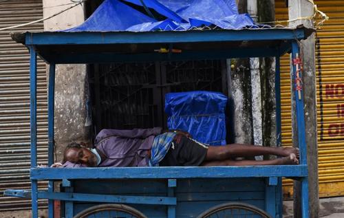 خواب مرد دستفروش هندی در جریان قرنطینه کرونایی شهر گواهاتی هند/ نورفوتو