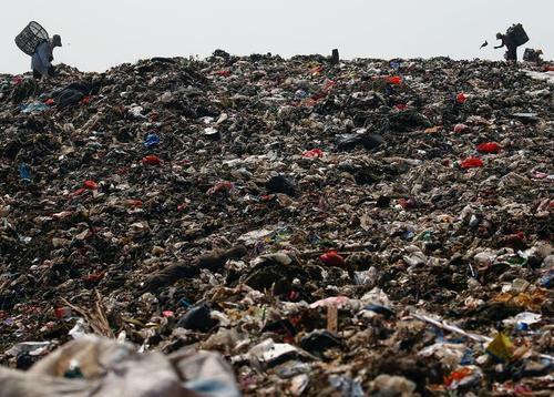 جمع آوری زباله های بازیافتی در یک محل دپو زباله در حومه شهر جاکارتا اندونزی/ رویترز