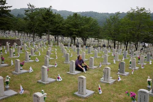 قطعه شهدای میهن در گورستان شهر سئول کره جنوبی/ رویترز