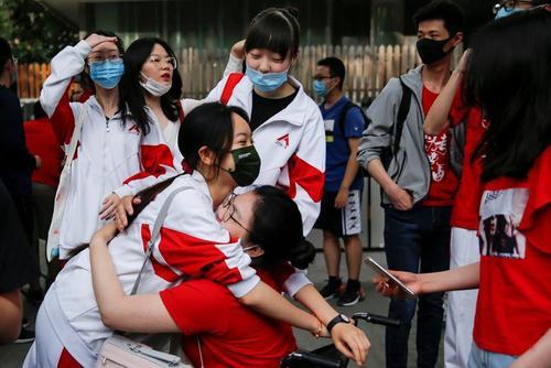 کنکور سراسری چین در مقابل یک مرکز برگزاری آزمون در شهر پکن/ رویترز