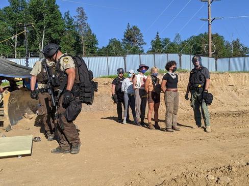 دستگیری یک گروه فعال محیط زیست که مانع اجرای عملیات پروژه عبور یک خط لوله نفتی در ایالت مینه سوتا آمریکا شده اند./ رویترز