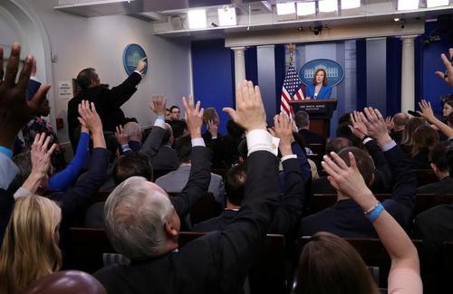 نشست خبری سخنگوی کاخ سفید طبق روال پیش از کرونا. با واکسیناسیون کرونا روند زندگی عادی به کاخ سفید بازگشته است و خبرنگاران بدون الزام به رعایت فاصله و استفاده از ماسک در محل نشست خبر یحضور یافته اند./ رویترز