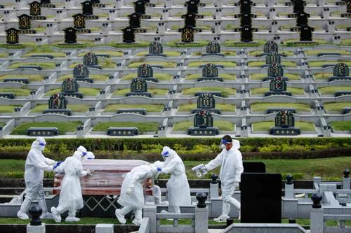 تدابیر بهداشتی خاص برای دفن فوتی های کرونا در گورستانی در حومه شهر کوالالامپور مالزی/ EPA