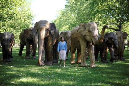 نصب مجسمه های فیل در گرین پارک لندن/ رویترز
