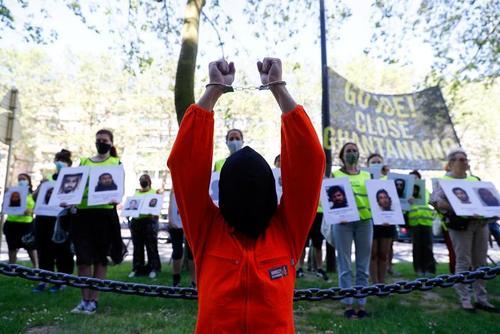 فعالان حقوق بشر در اعتراض به نقض حقوق انسانی در زندان گوانتانامو آمریکا در حاشیه نشست سران ناتو در بروکسل بلژیک تجمع کرده اند./ رویترز