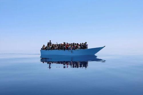 قایق پناهجویان عازم سواحل اروپا در دریای مدیترانه در انتظار رسیدن کشتی نجات/ رویترز