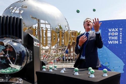 فرماندار ایالت کالیفرنیا آمریکا در حال برداشتن گوی های قرعه کشی لاتاری هالیوود/ رویترز
