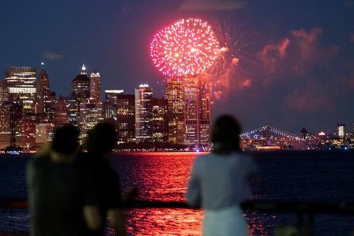 جشن و آتش بازی به مناسبت واکسینه شدن بیش از 70 درصد از جمعیت نیویورک/ رویترز