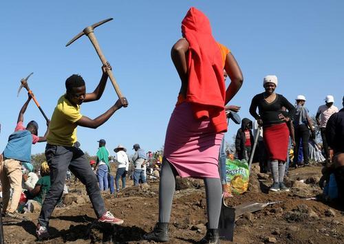 هجوم مردم آفریقای جنوبی به یک روستا پس از پیدا شدن بک قطعه سنگ الماس از این منطقه/ رویترز