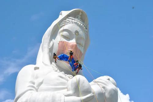 نصب ماسک بر مجسمه 57 متری الهه بودا در ژاپن/ رویترز