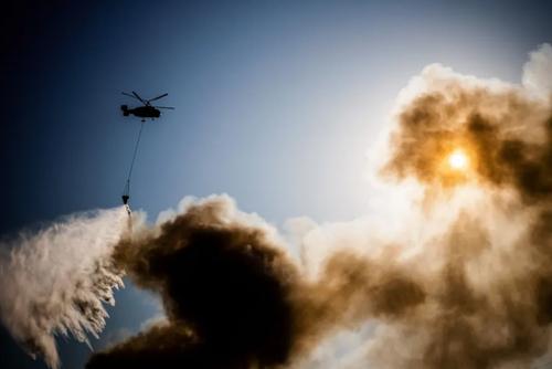 عملیات خاموش کردن آتش سوزی در یک انباری در مرکز شهر مسکو/ خبرگزاری فرانسه