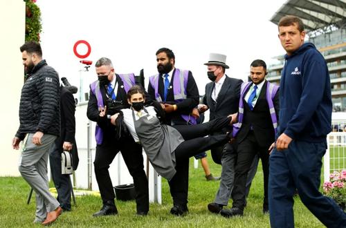 بیرون کردن یک فعال محیط زیستی معترض از پیست مسابقات اسب سواری سلطنتی بریتانیا/ رویترز