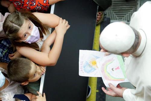 هدیه نقاشی به پاپ از سوی کودکان در دیدار پاپ فرانسیس با یک خیریه کاتولیک در واتیکان/ رویترز
