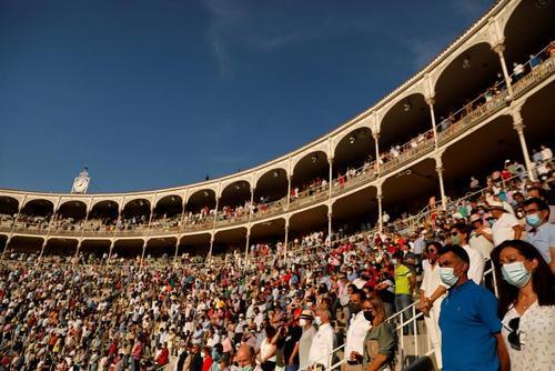 از سرگیری مسابقات گاوبازی در استادیوم مادرید. یک دقیقه سکوت برای یادبود قربانیان کرونا در آغاز مراسم/ رویترز