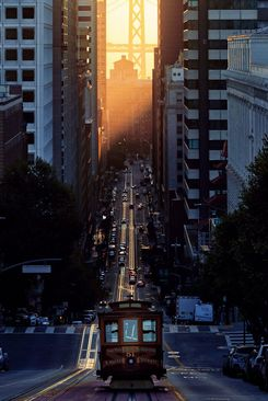 نور خورشید جلوه طلایی زیبایی به ریل ها بخشیده است، سان فرانسیسکو، آمریکا